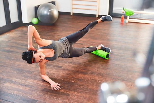 Übung mit der Pinofit Faszienrolle Wave Lime für die Unterschenkelmuskulatur