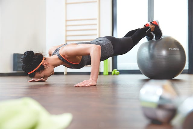 Übung mit dem Pinofit Gymnastikball antiburst dark grey