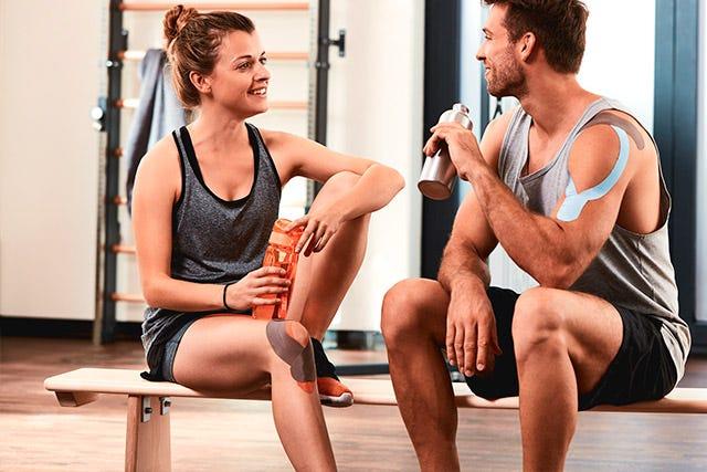 Anwendungsbeispiel Kinesiologie-Tape am Oberarm und Knie