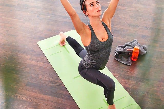 Yogaübung auf der Pinofit Yogamatte  lime/grey mit Markierungen